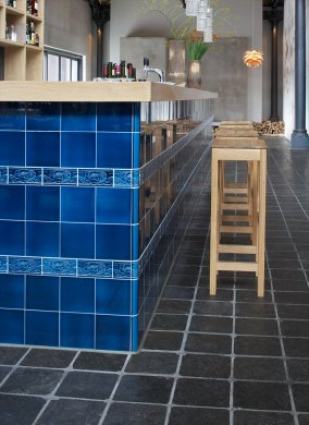 kf_f10.601 Photos of customers: counter in the restaurant from Tim Mälzer with blue art and craft tiles