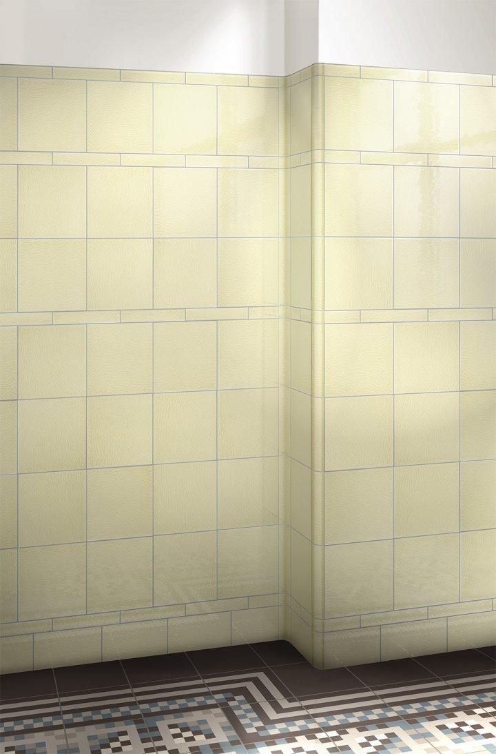 Glasierte Wandfliesen: Einfarbig pastell zitronenbeige F10.3 in 15x15cm, um die Ecke verlegt.