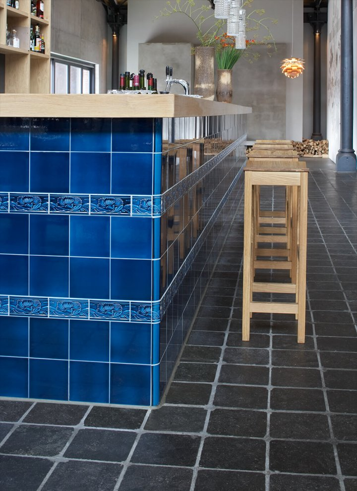 Photos of customers: counter in the restaurant from Tim Mälzer with blue art and craft tiles