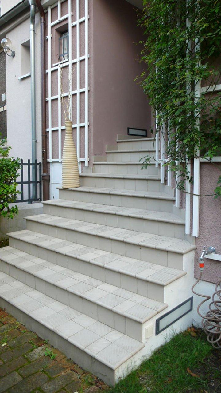 Stufenfliese für den Außenbereich, hellgraue Treppenfliese mit zwei Rundungen