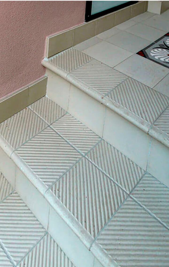 Stufenfliese für den Außenbereich, cremeweiße Treppenfliese mit Rundung