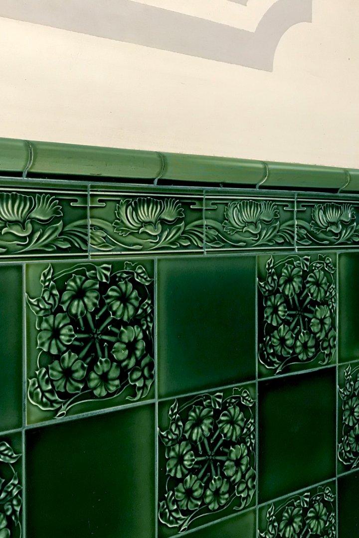 Hausflur mit einfarbig chromgruenen Dekorfliesen und Bordüre B10.34