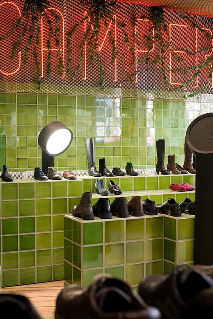Fliesen in zwei Grüntönen im Schuhgeschäft Diesinger. Patchart Wand grün.