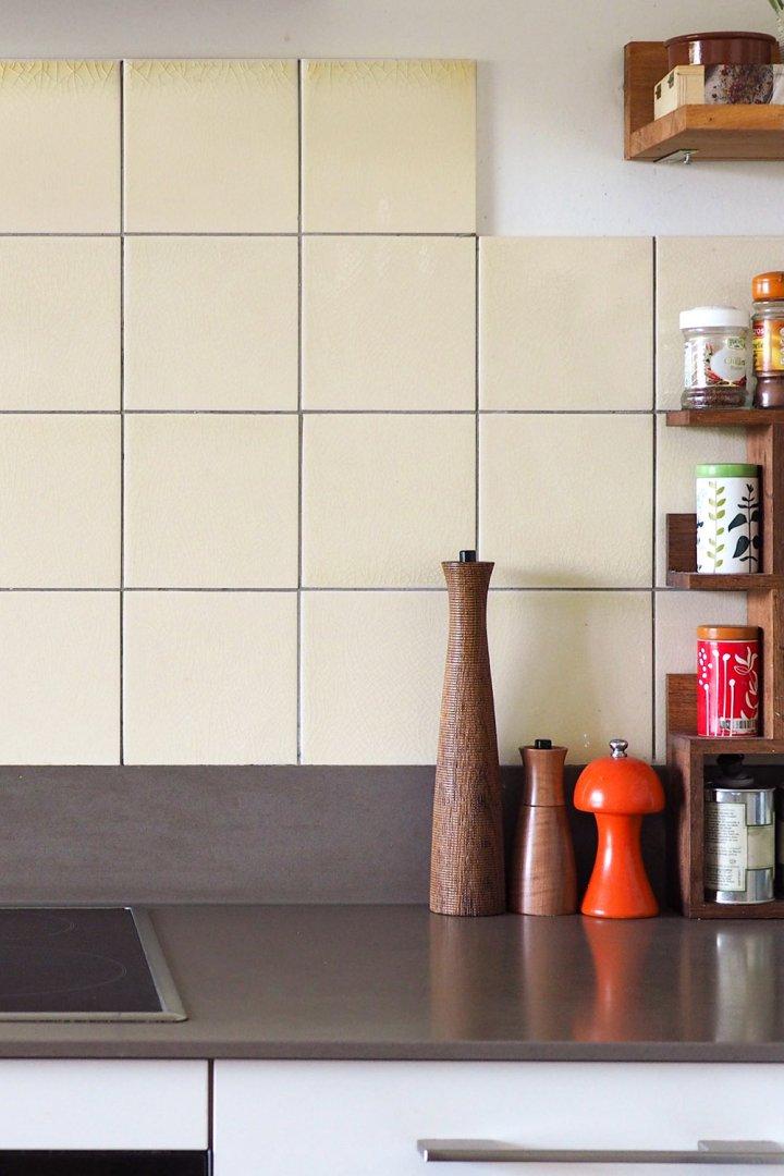 Carrelage de cuisine en blanc jaune beige et format classique 15x15. Le ton crème correspond aux tons bois du plan de travail et du mobilier
