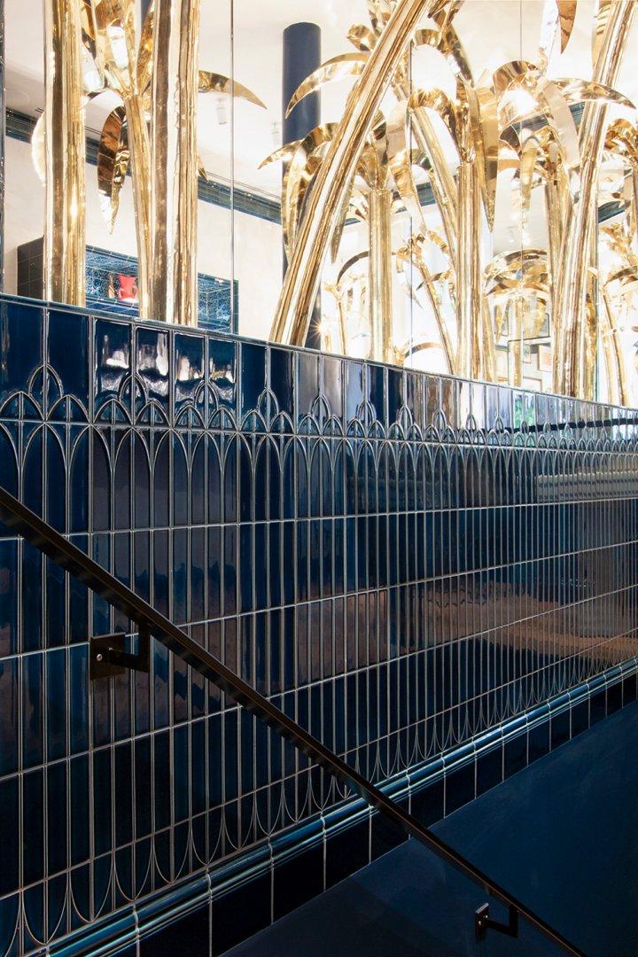 F139 tiefblaue Jugendstilfliese im Diptique Berlin - Kellerabgang