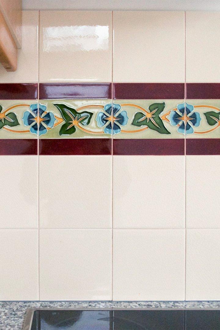 Efeu Ranken Motivfliese als Dekorband in der Küche