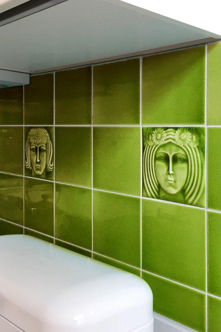 Küchenspiegel mit grüner Wandfliese. Männerportrait und Frauenportrait als Jugendstilfliese.