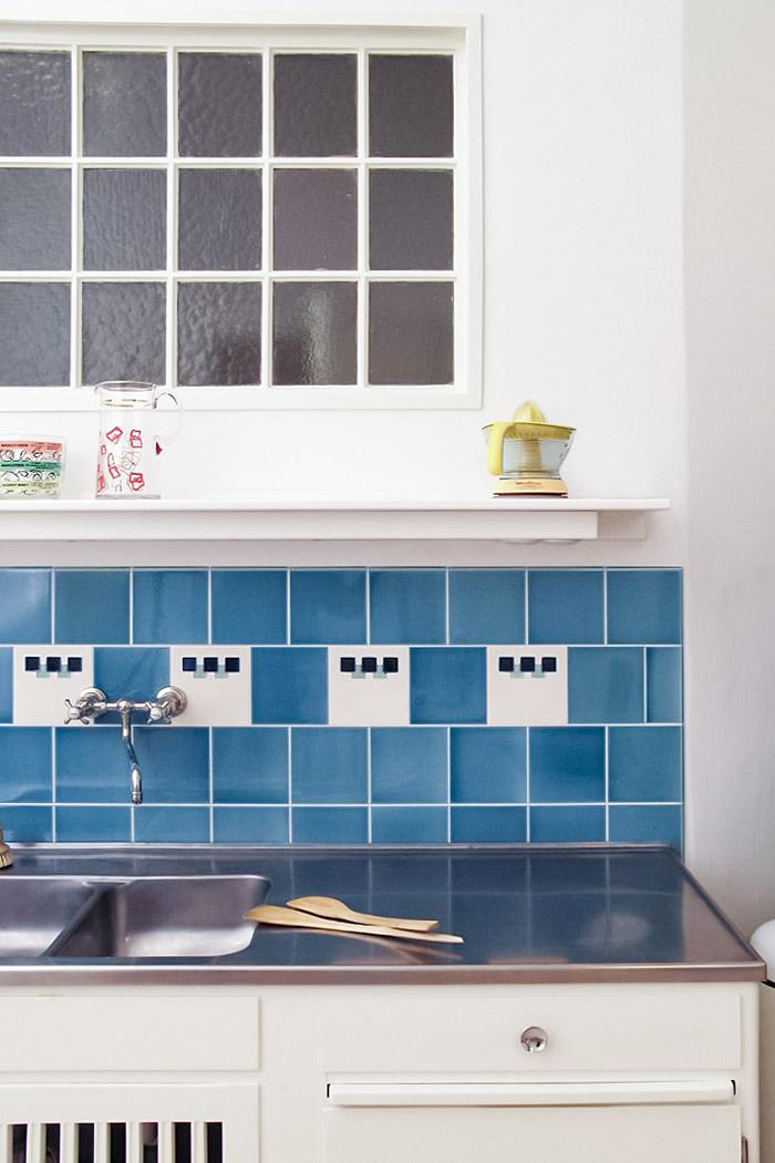 Weiß blaue Art deco Fliese als hellblauer, klassischer Fliesenspiegel in der Küche