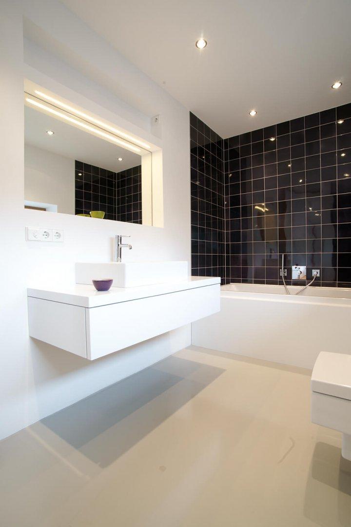 Salle de bain avec carrelage mural violet noir. Mur carrelé à haute brillance et esthétique.