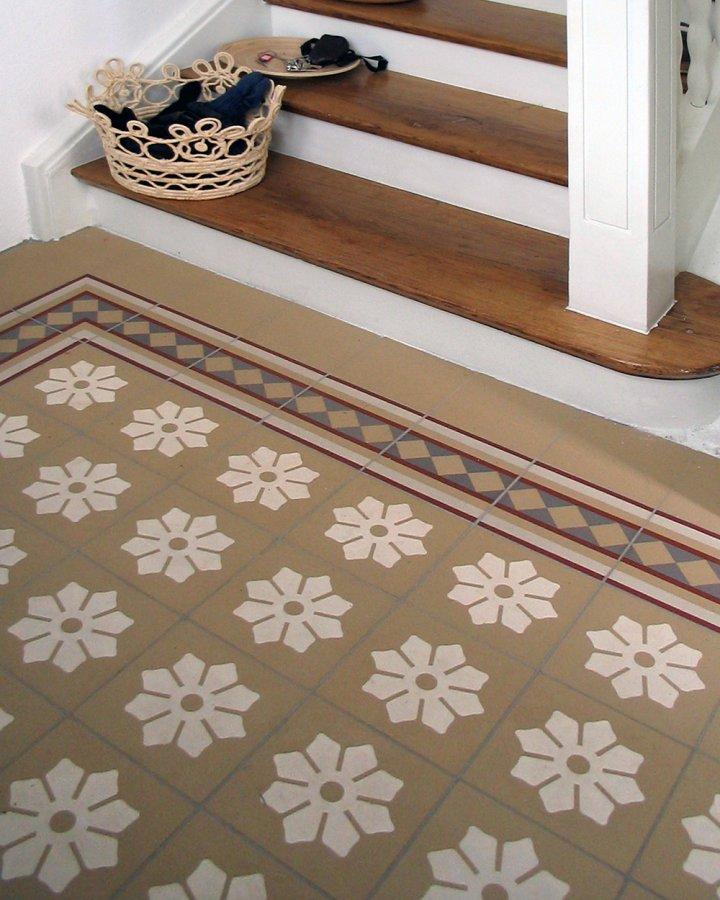 Kundenfoto mit Steinzeugfliese SF244S Blumen Motiv als klassische 17x17 Ornamentfliese