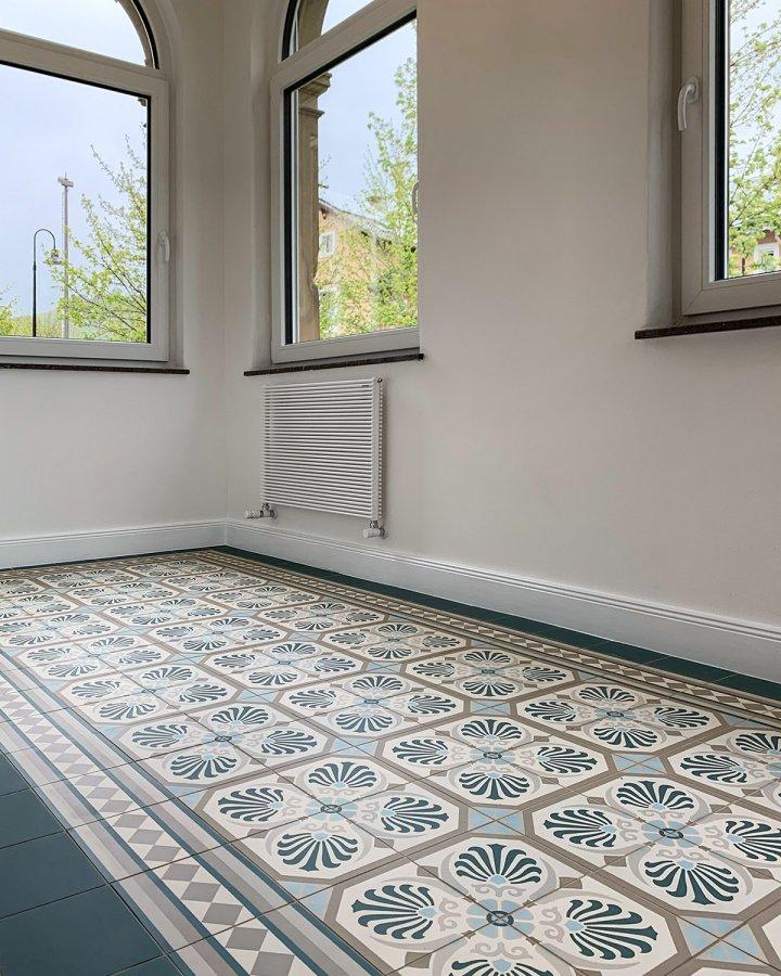 Gründerzeitfliese Anno 1900 im Erkerzimmer. Petrol Grün und Creme Weiß intarsierte Keramikfliese.