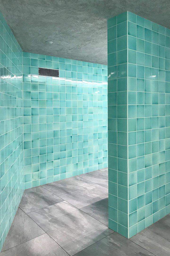 Türkisgrünblaue Fliesen in 15x15. Toiletten im Kunstmuseum Basel.
